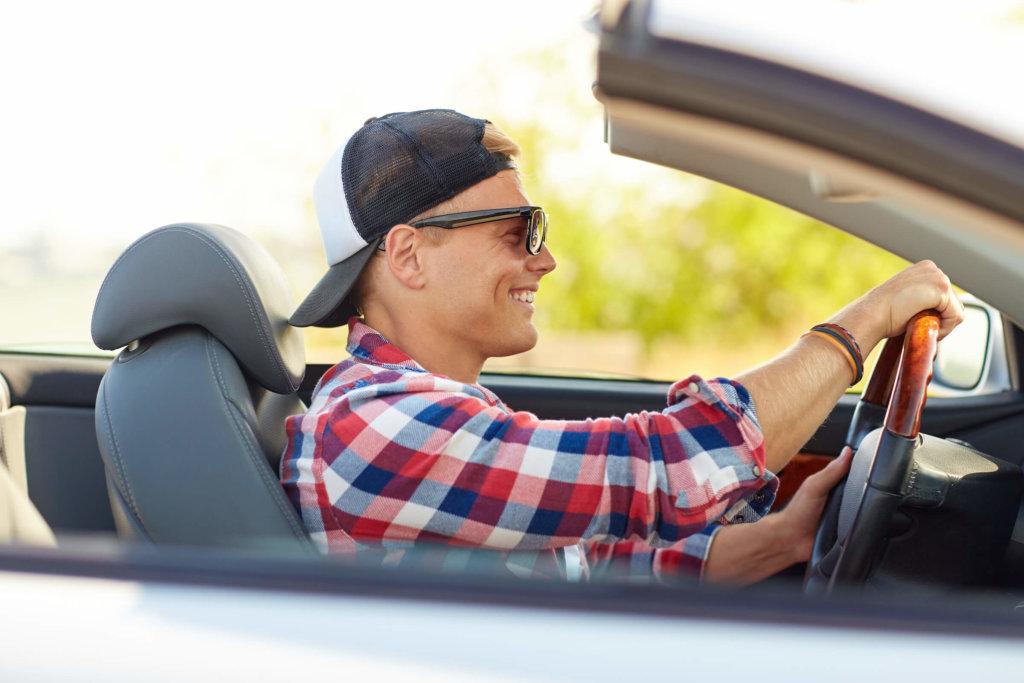 cabriofahrer mit kappe und sonnenbrille