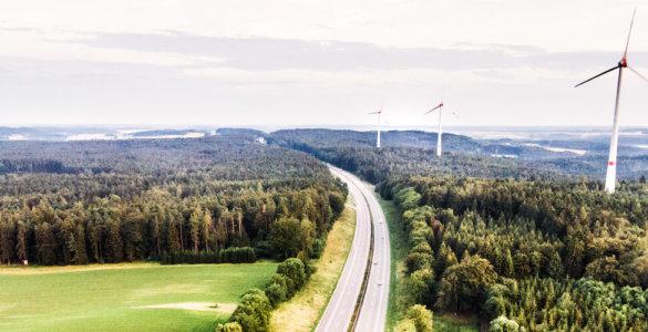 autobahn mit windrädern