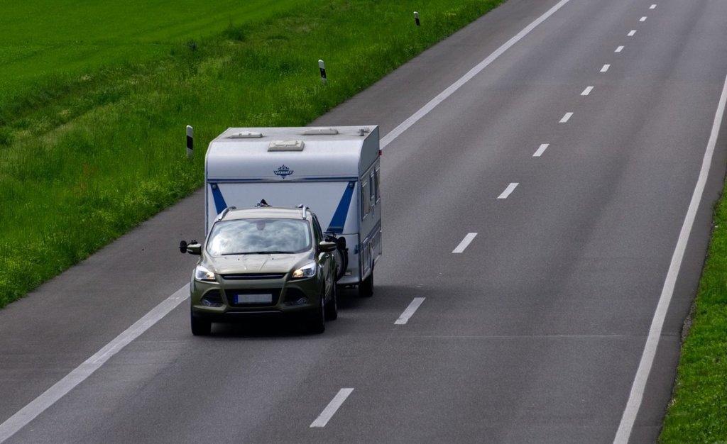 auto mit wohnwagen als anhänger