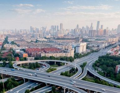 autobahn mit großstadt im hintergrund