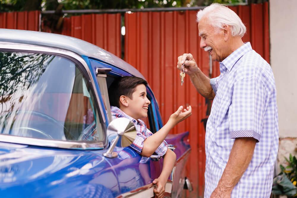 großvater schenkt seinem enkel ein auto