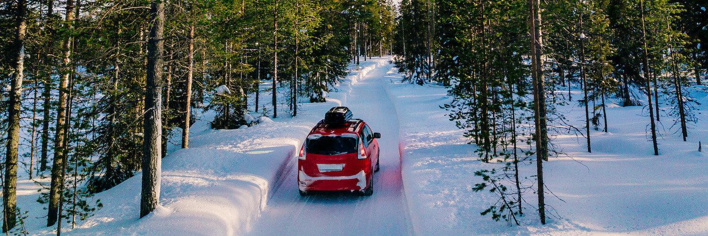auto mit dachbox im schnee