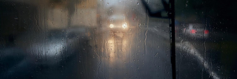 beschlagene autoscheibe bei regen