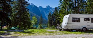 wohnwagen anhänger in den bergen
