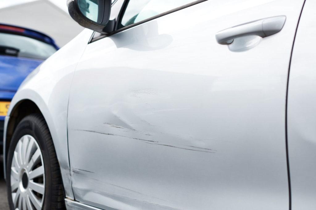 kratzer am weißen auto