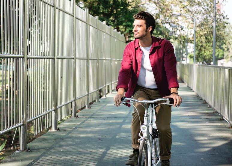 junger mann fährt fahrrad