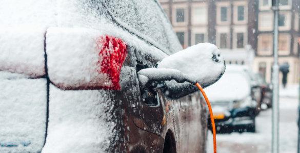 e auto im winter an ladesaeule