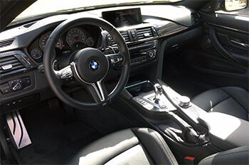 Lenkrad und Sitz im M4 von BMW