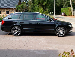 skoda superb in schwarz